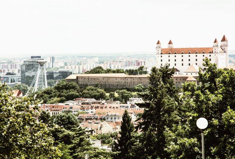 Kasteel en Snp-brug in Bratislava - de hoofdstad van Slowaak stock afbeeldingen