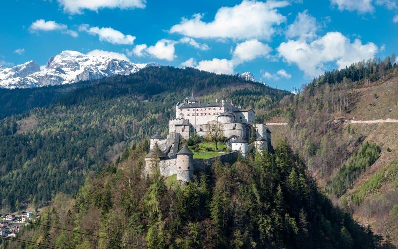 Kasteel Hohenwerfen bij de Oostenrijkse alpen stock fotografie