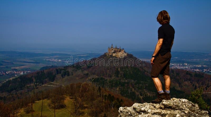 Kasteel Hohenzollern met wandelaar in de herfst royalty-vrije stock foto