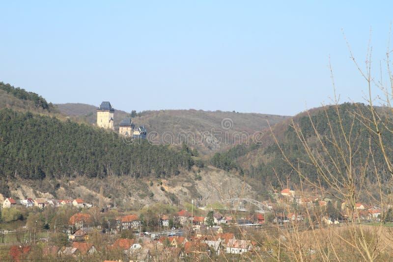 Kasteel Karlstejn achter dorp stock afbeeldingen