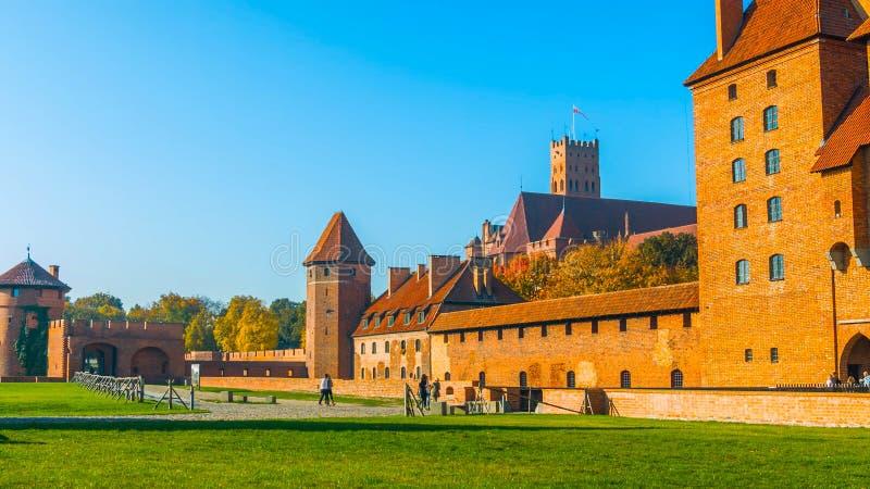 Kasteel in Krakau Polen 2019 - in de binnenplaats, met een blauwe hemel, groen gras stock fotografie