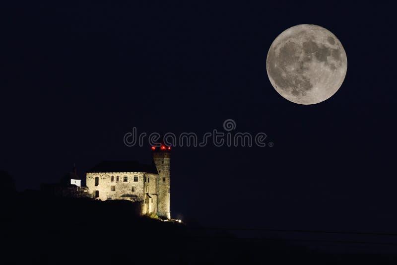 Kasteel met maan en maanlicht stock afbeeldingen