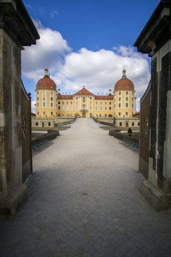 Kasteel Moritzburg in Dresden met de ingangsdeur stock foto's