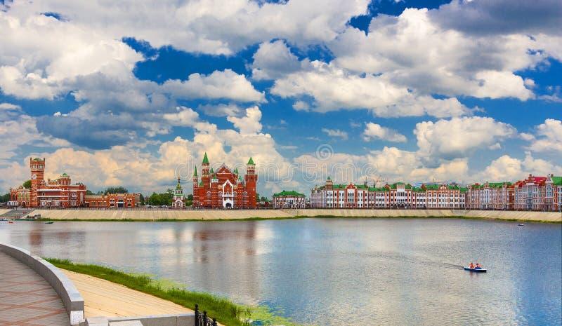 Kasteel op de achtergrond van de blauwe hemel in de waterbezinning royalty-vrije stock foto