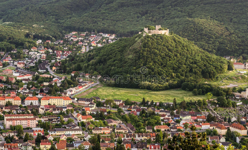 Kasteel op de Heuvel in de Stad stock afbeeldingen