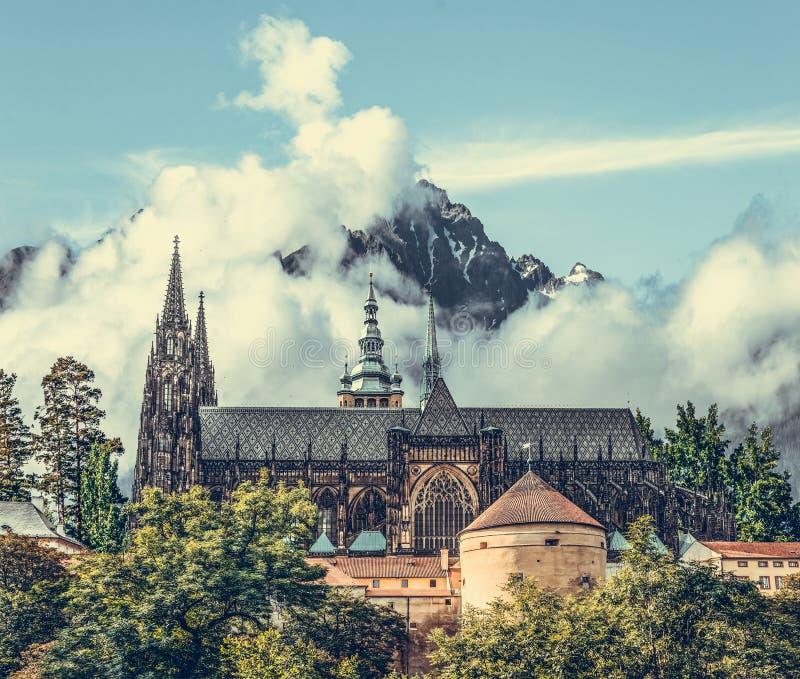 Kasteel op een achtergrond van rotsachtige bergen stock foto