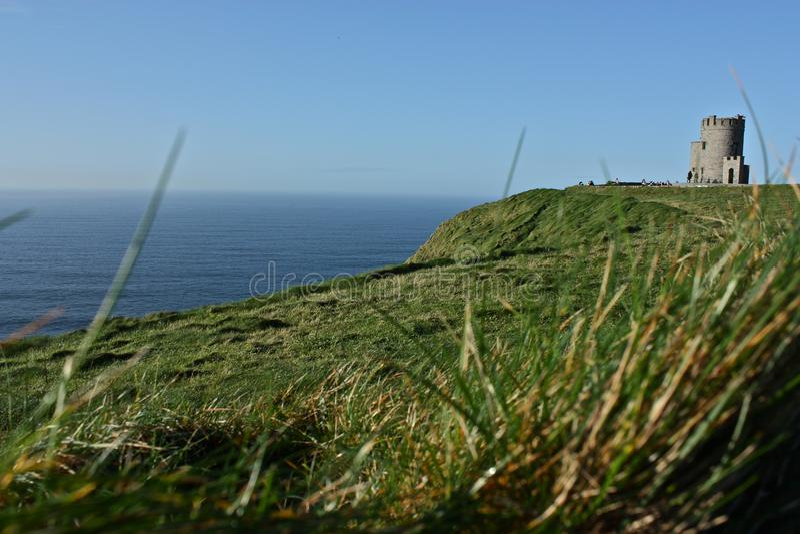 Kasteel op Groene Heuvel die Oceaan overzien royalty-vrije stock fotografie