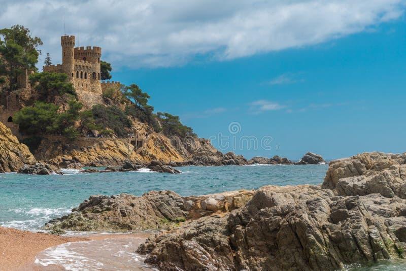 Kasteel op rotsen in stad van Lloret de Mar, mooie toevlucht op de Mediterrane kust, Costa Brava, Catalonië spanje stock afbeeldingen