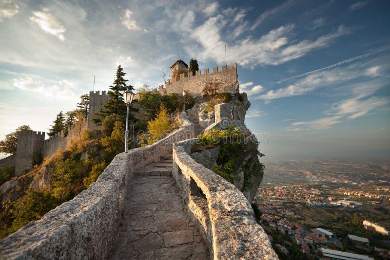 Kasteel in San Marino stock illustratie
