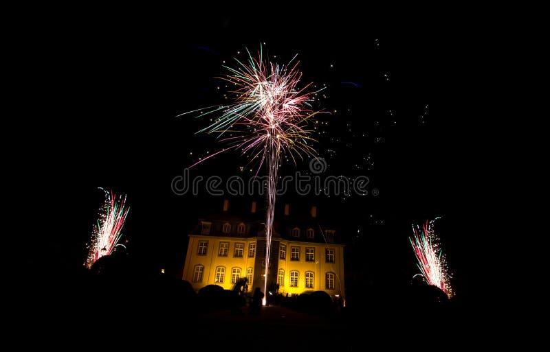Kasteel tijdens vuurwerk royalty-vrije stock afbeelding