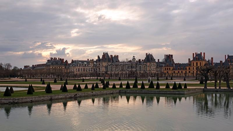 Kasteel van Fontainebleau in Frankrijk bij zonsondergang stock foto's