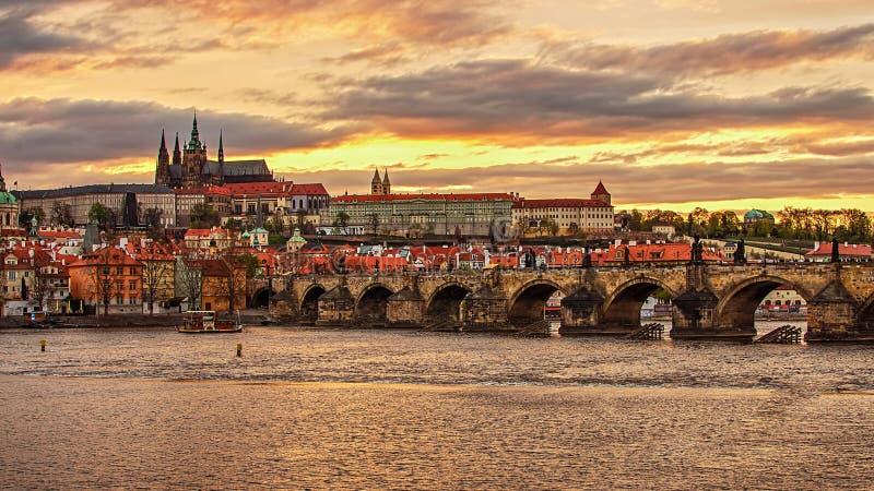 Kasteel van Praag (Tsjechische Republiek) de Brug, van Charles (Karluv) en Vltava-Rivier stock foto's