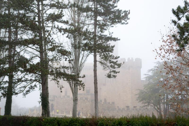 Kasteel van Xavier op een mistige dag (Spanje) stock afbeeldingen