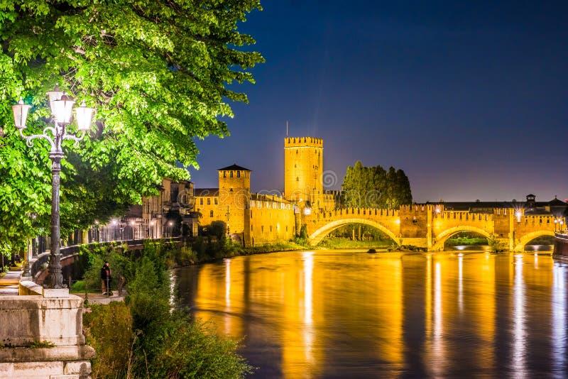 Kasteel Vecchio bij de zomernacht in Verona, Italië stock afbeelding