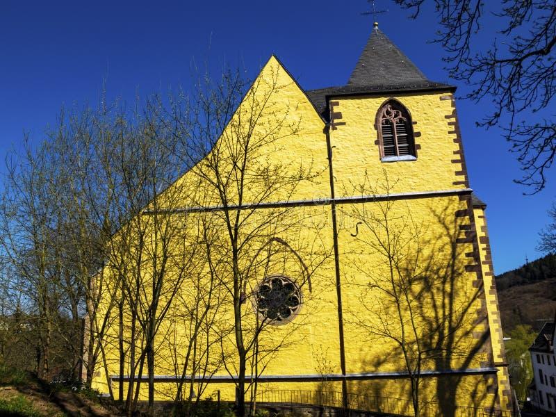 Kasteelkerk van St Philip en St James in Schleiden, Duitsland van Noordrijn-Westfalen, buiten vooraanzicht door April-boom royalty-vrije stock fotografie