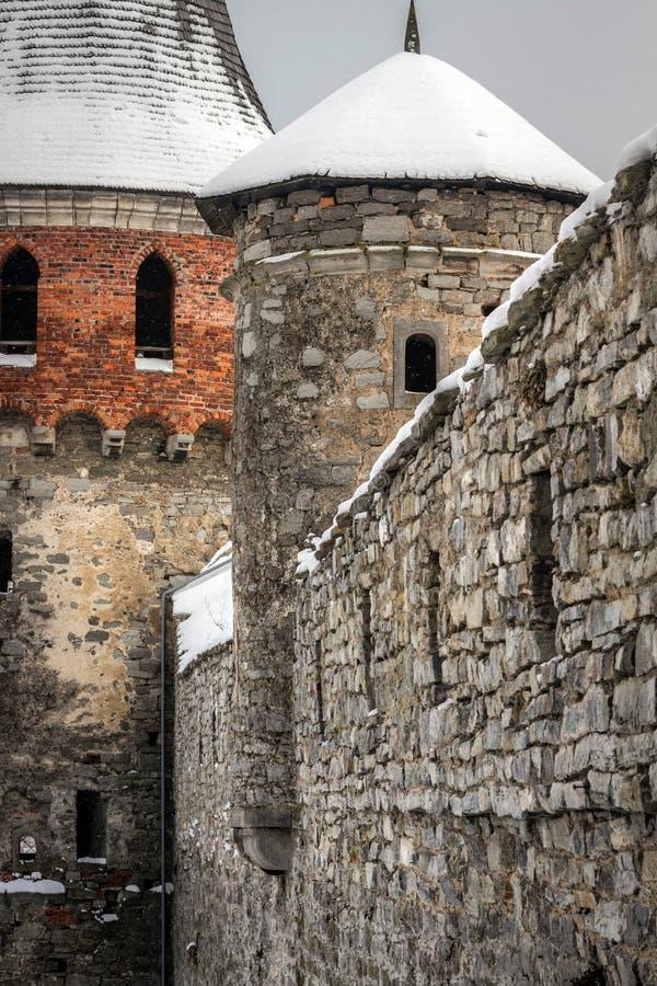 Kasteelmuren en torens van de stad kamenetz-Podolsk stock foto's