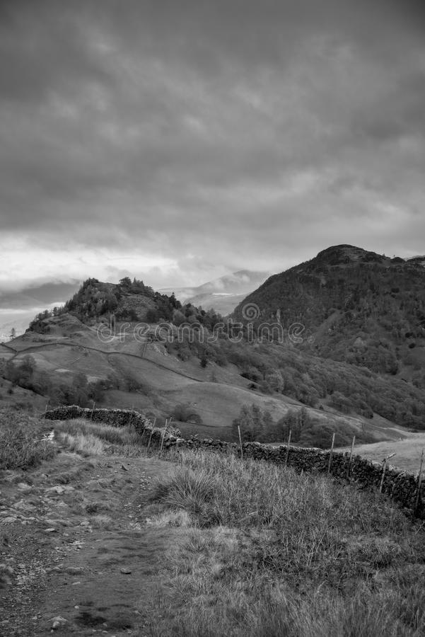 Kasteelsteile rots en Raven Crag Black en Wit stock afbeeldingen