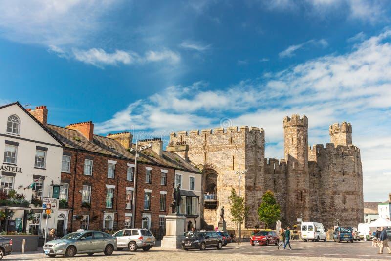 Kasteelvierkant in historische stad van Caernarfon, Wales royalty-vrije stock foto's