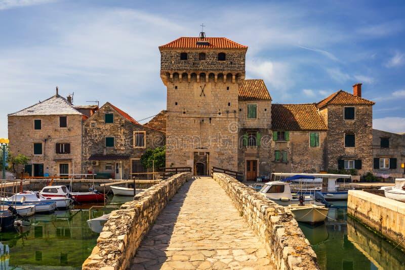Kastel Gomilica七镇Kastela的解决一在克罗地亚是其中一个王位系列比赛的地点  有历史 免版税库存图片