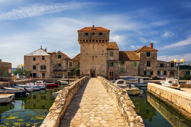 Kastel Gomilica l'un des sept établissements de la ville de Kastela en Croatie était l'un des emplacements dans la série Game of  image stock