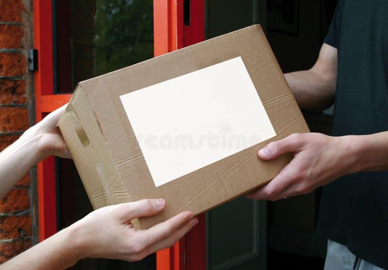 Kasten-Anlieferung stockbild