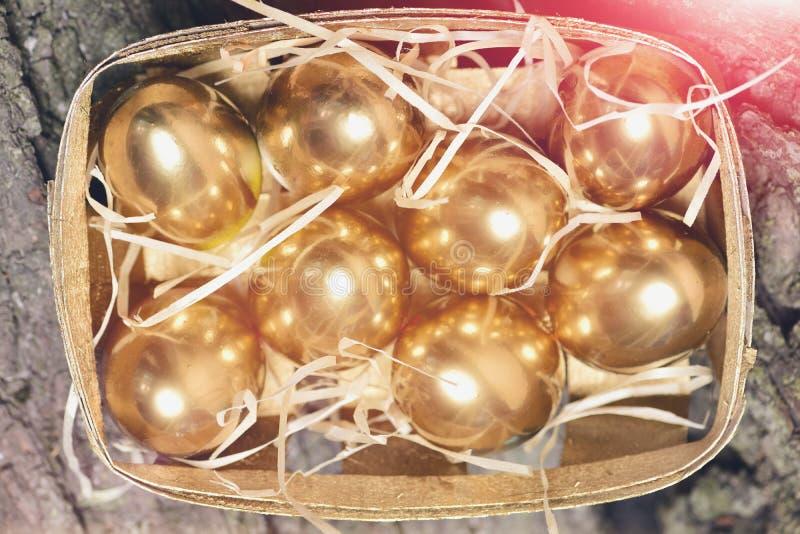 Kasten, Behälter mit traditionellem gemaltem goldenem Ei, Bankwesen, Ostern lizenzfreies stockfoto