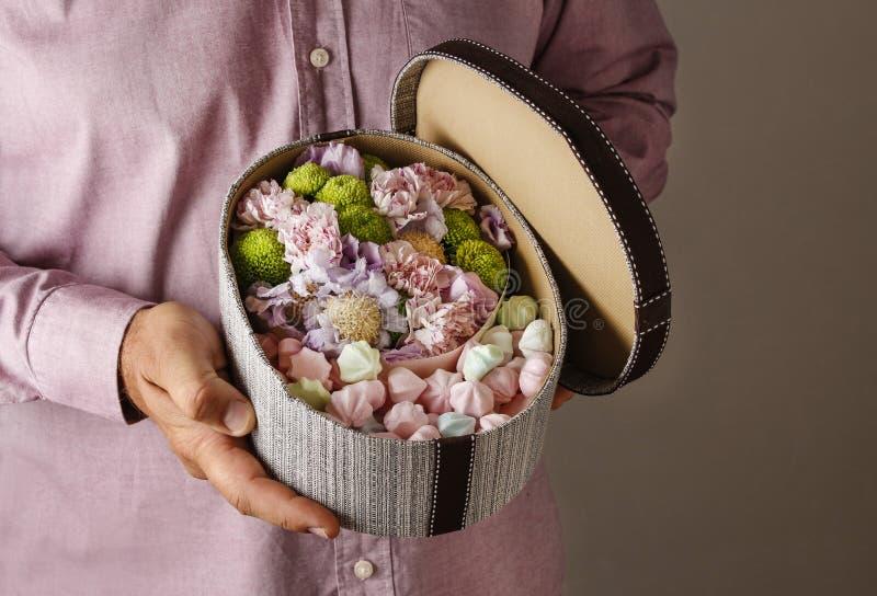Kasten Bonbons und Blumen stockfotografie