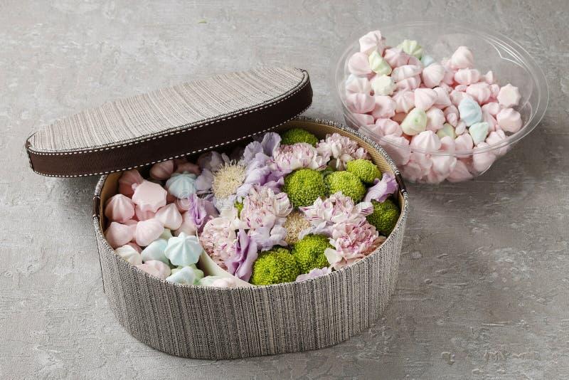 Kasten Bonbons und Blumen stockfoto