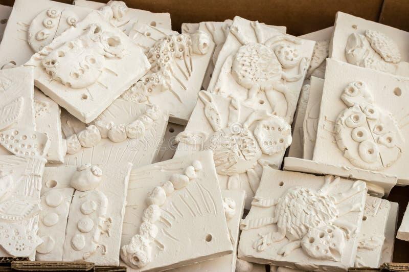 Kasten Keramikfliesen bereit glasiert zu werden stockfoto
