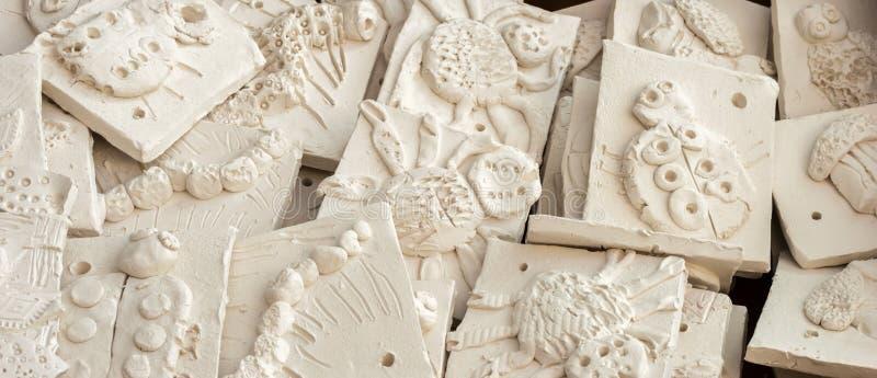 Kasten Keramikfliesen bereit glasiert zu werden lizenzfreie stockfotos