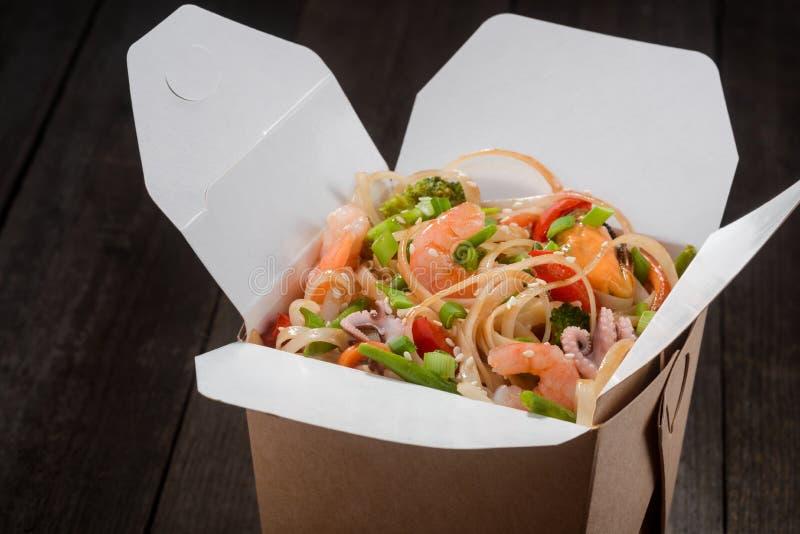 Kasten mit asiatischem Lebensmittel stockbilder