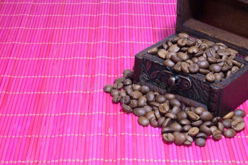Kasten mit Kaffeebohnen stockbilder