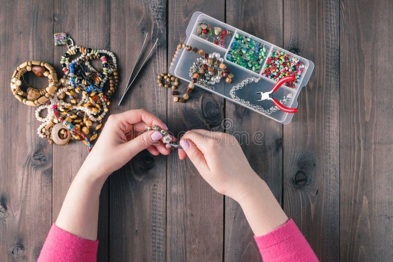 Kasten mit Perlen auf altem hölzernem Hintergrund Handgemachtes Zubehör lizenzfreie stockfotos