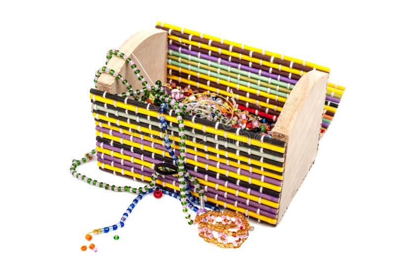 Kasten mit Perlen von Perlen lizenzfreie stockbilder