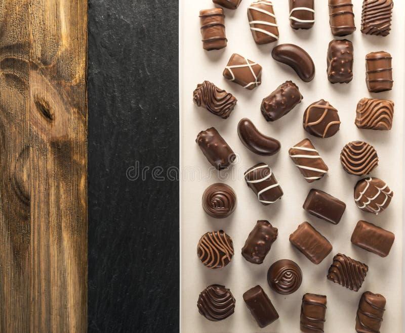 Kasten mit Schokoladen-Bonbons stockbilder