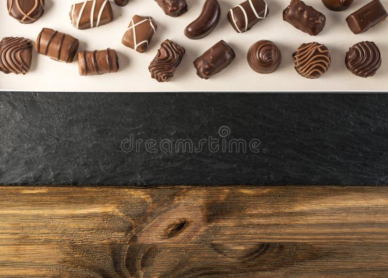 Kasten mit Schokoladen-Bonbons lizenzfreies stockbild