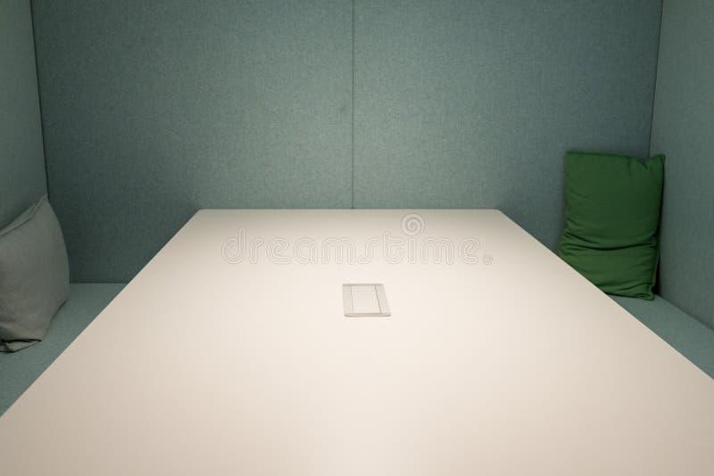 Download Kasten Mit Tabelle, Bank Und Chusions Stockbild - Bild von bank, raum: 90237233