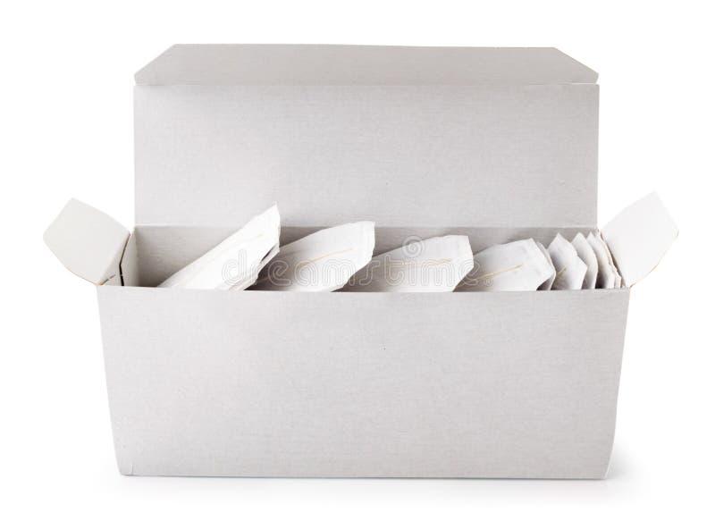 Kasten mit Teebeutelnahaufnahme auf einem Weiß Getrennt lizenzfreie stockfotografie