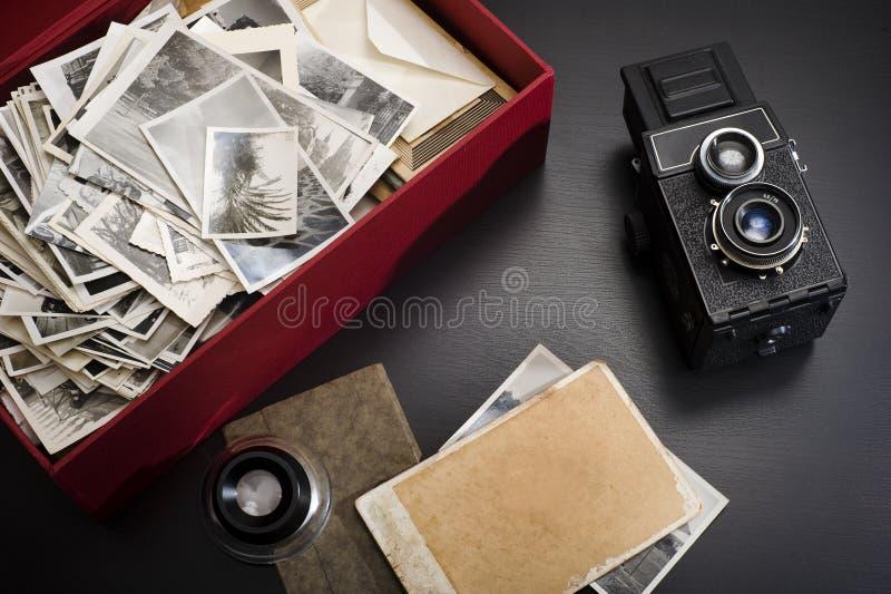 Kasten mit Weinlesefotos lizenzfreies stockbild