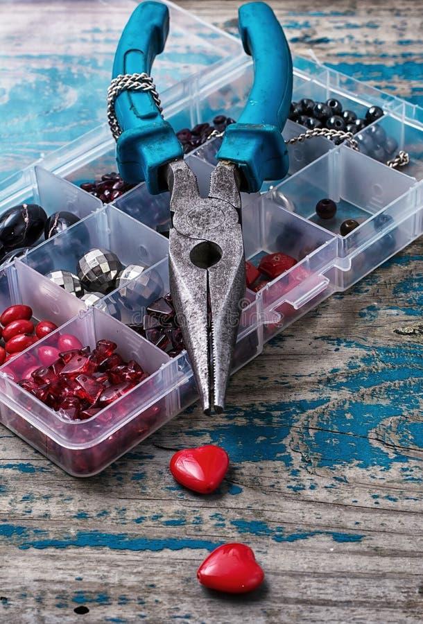 Kasten Perlen für Näharbeit auf Holztisch stockfoto