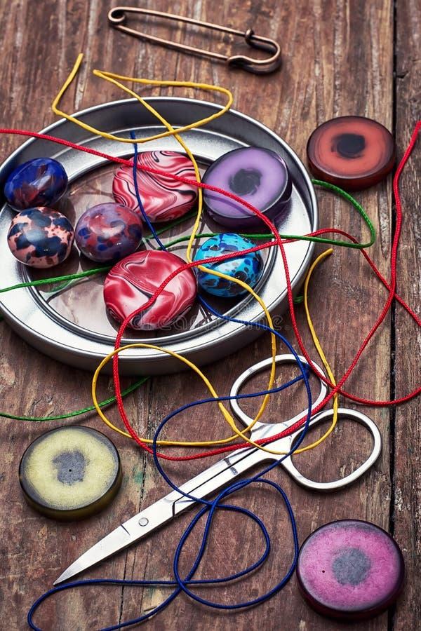 Kasten Perlen für Näharbeit auf Holztisch lizenzfreie stockfotografie
