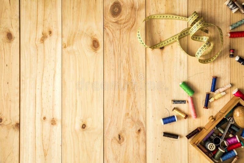 Kasten Schneider, Maßband und Nähgarne mit bunten Spulen für Patchwork stockbilder