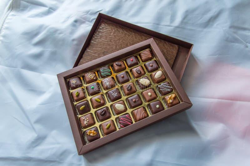 Kasten Schokoladen mit Mischgeschmäcken lizenzfreie stockbilder