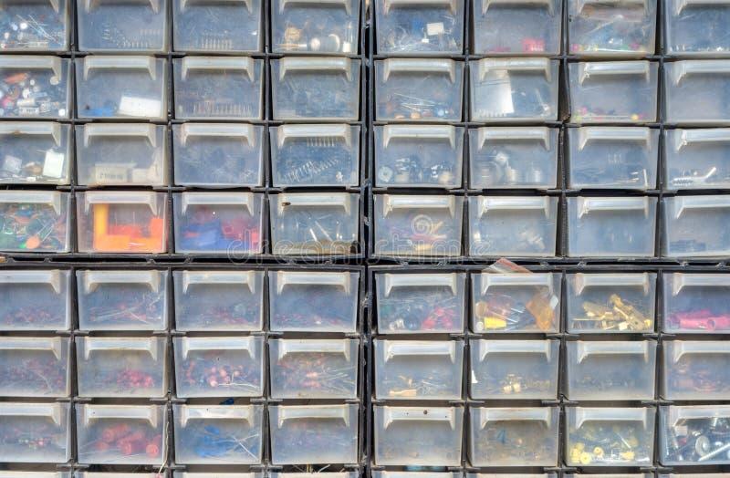 Kasten Schrauben und Teile stockbilder