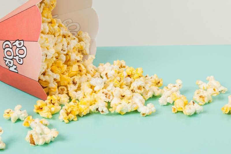 Kasten von zwei Farben mit Popcorn lizenzfreie stockfotografie