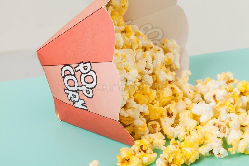 Kasten von zwei Farben mit Popcorn lizenzfreies stockbild