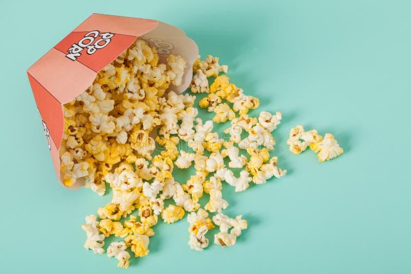Kasten von zwei Farben mit Popcorn lizenzfreie stockfotos