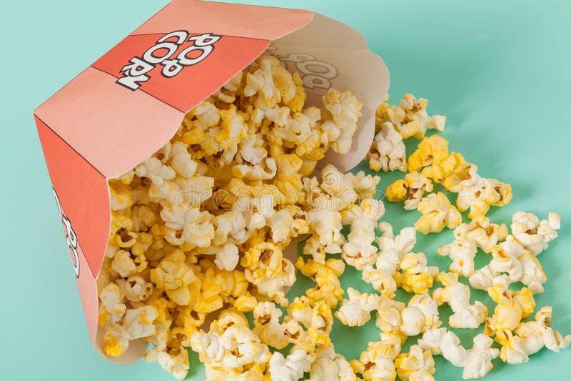 Kasten von zwei Farben mit Popcorn stockfotos
