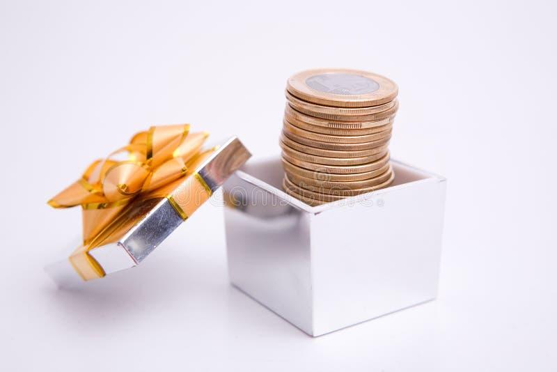 Kasten zum Geschenk und zur Münze lizenzfreies stockbild