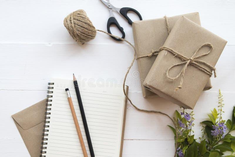 Kastenpaketpaket sich vorzubereiten senden dem Kunden stockbild